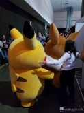 Pikachu qui fuit le stand avec Evoli