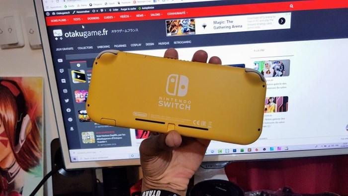 La Nintendo Switch lite est vraiment minuscule.