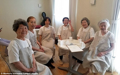 Nhà hàng gây ấn tượng vì nhân viên là những phụ nữ từ 60 tuổi trở lên.Ảnh: Yahoo Japan.