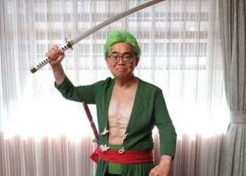Thống đốc Nhật Bản gây sốt với màn cosplay Zoro và 'tai nạn' đáng tiếc trên sóng truyền hình