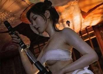 """Xịt máu với màn Cosplay nữ samurai theo phong cách """"thừa da thiếu vải"""" cực quyến rũ"""