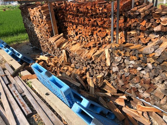 【木材の収縮で】薪棚、崩れる