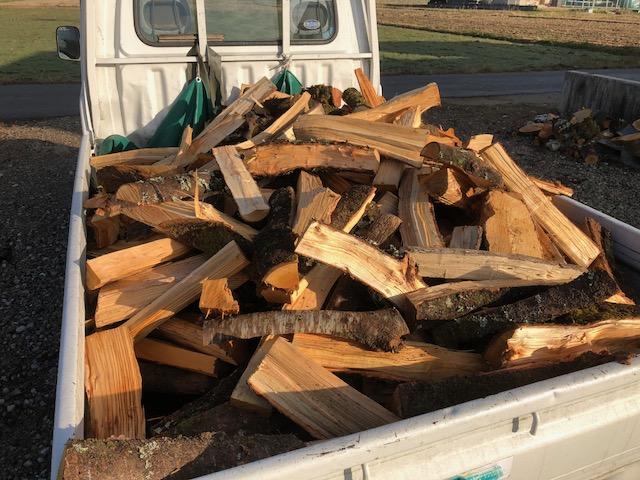 軽トラに割った薪を乗せる