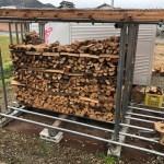 雨がポツポツと降って来て天気が悪い中、薪を積む事にした。  本来はもっと放置してから薪を積むのだが、早く積んで作業スペースを確保するためだ。  で  雨の中、薪を積んだんだけどこんなかんじです。