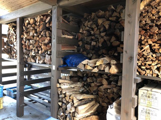 【薪を積む】焚火しながら薪を積む