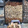【ハチが退散】ハチが居ない間に薪を積んだ。