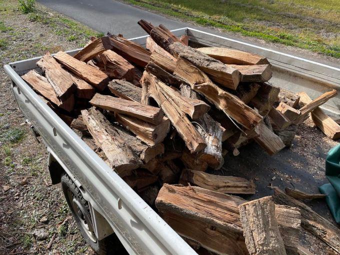 山から自宅暖房用の薪を移動する