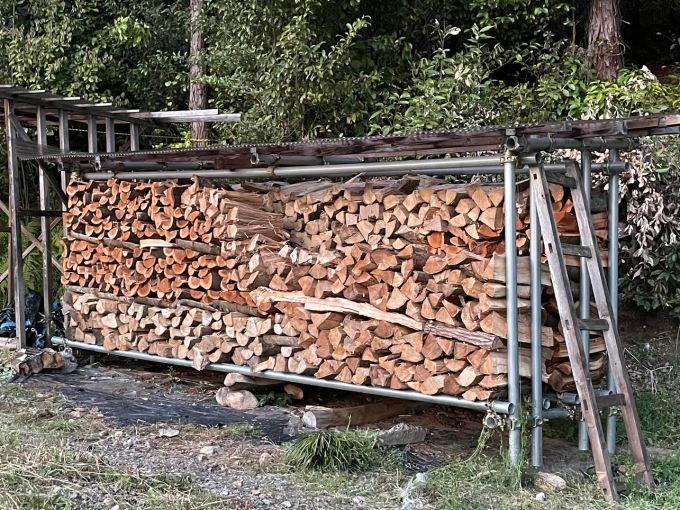 【自宅用雑木薪】山の薪棚に雑木薪を積む