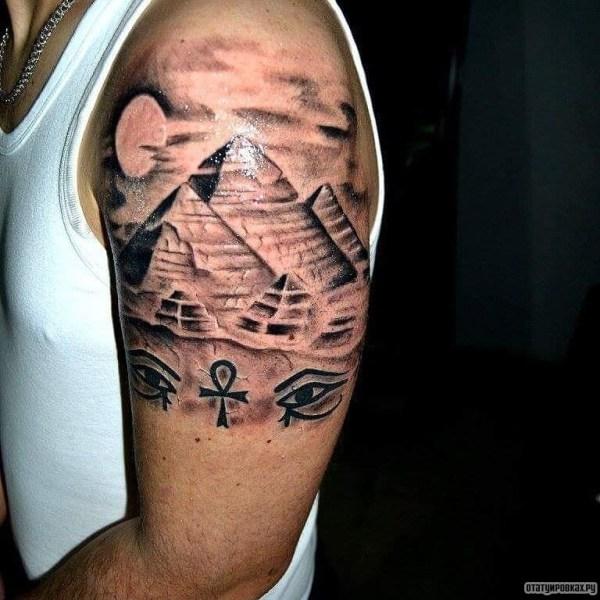 Пирамиды с луной и гора-глазом - тату на плече у парня ...