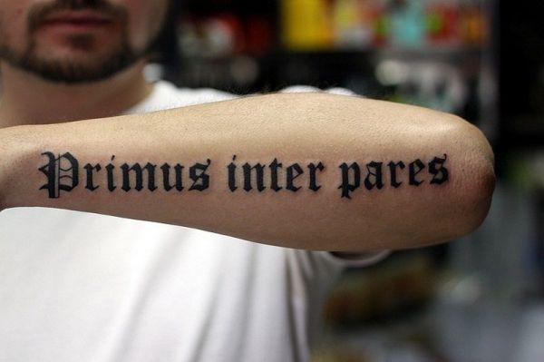 Надпись Primus inter pares на латыни