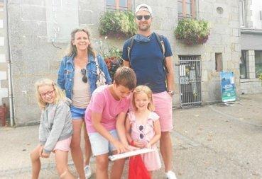 eugenie-come-et-chloe-sont-en-vacances-avec-leurs-parents_5270726_576x395p