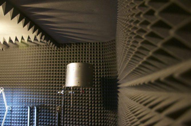 акустические обои на стене в звукозаписывающей студии
