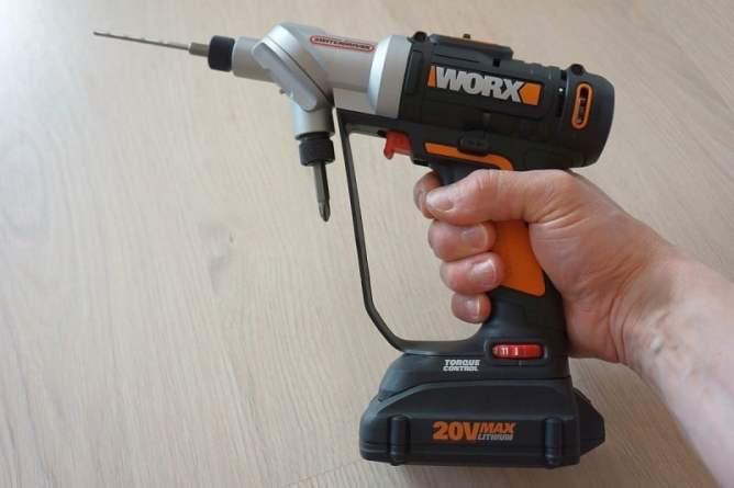 дрель-шуруповерт WORX Switchdriver WX176 Worx WX176 в руке
