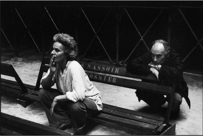 Théâtre du Soleil Арианы Мнушкиной, прописанный в пригороде Парижа с 1970 года, — яркий пример децентрализации столичных театров. На фото — Мнушкина репетирует «Мефисто» в Авиньоне, 1980.