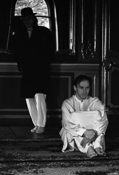 Михаил Егоренков (Полоний) и Виталий Хаев (Клавдий). «Гамлет», гастроли в Институте истории искусств (Зубовский особняк, Петербург), 1994