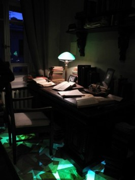 Московский кабинет Булгакова. Обратите внимание на лампу. Фото: http://www.bulgakovmuseum.ru/