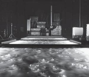 В «Вещи Штифтера» нет актеров: в течение часа зрители наблюдают за игрой роботизированных музыкальных инструментов и света, отраженного в воде