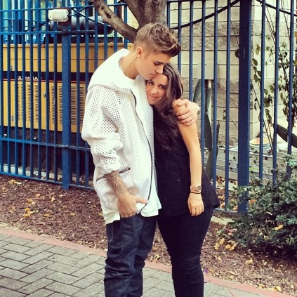 """The Biebs sent a shout out to his mom by posting a pic and expressing: """"My mom has taught me how to love, forgive and believe. She is my everything ♛ """""""