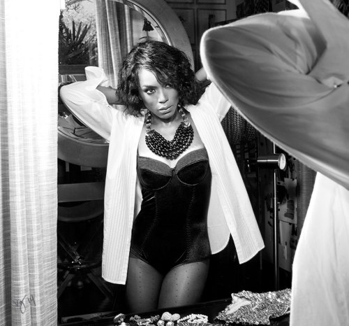 angela-bassett-black and white Violet Grey mag OTHER SIDE OF THE FAME 1