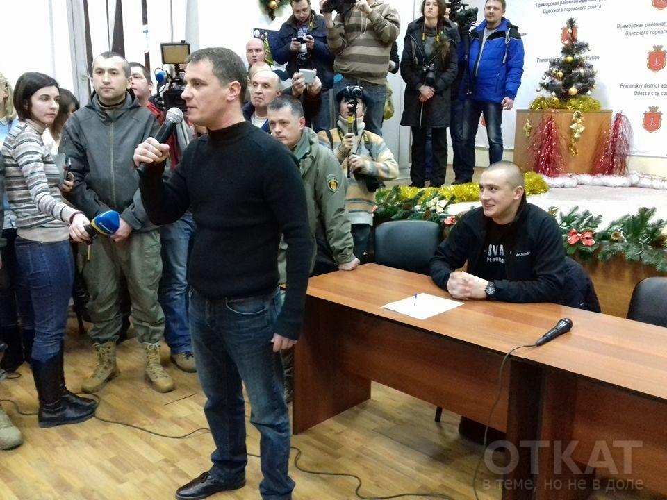 Павел Кириленко (стоит) и Сергей Стерненко (сидит по центру). Фото из открытых источников
