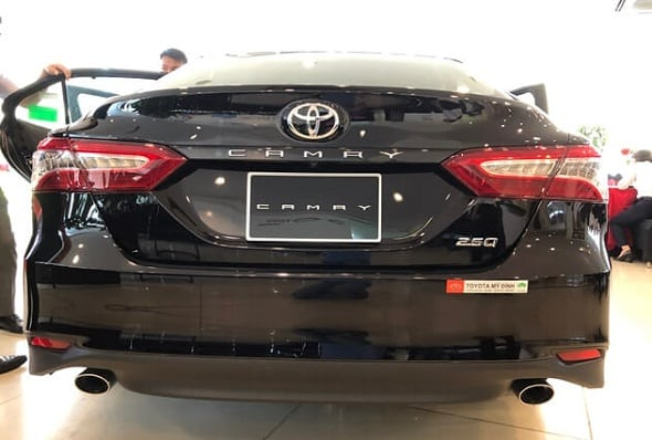 Toyota Camry 2.0 gia bao nhieu otobinhthuanvn