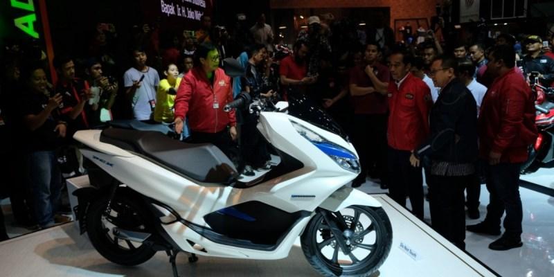 Jokowi Lihat Motor Listrik di IMOS 2018