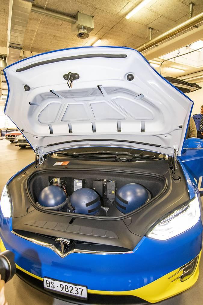 Tesla X 100D, Jadi Mobil Reaksi Cepat Nan Senyap di Swiss