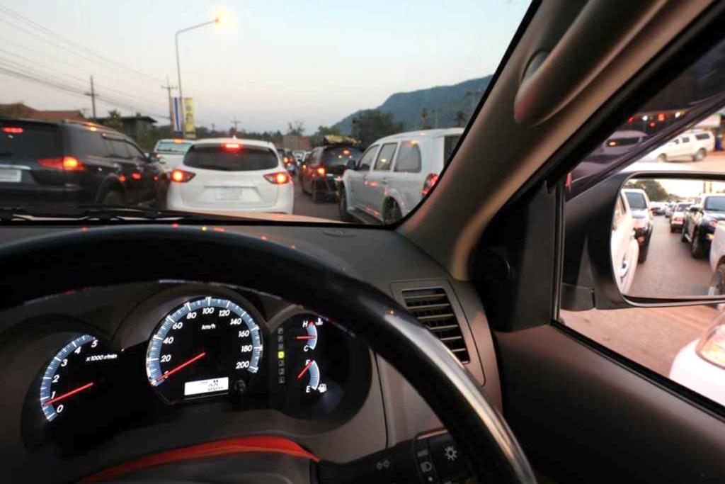 Pahami Hal Ini Saat Mengemudi Mobil Matik di Kemacetan