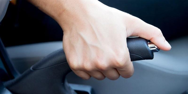 Jangan Gunakan Rem Tangan Saat Berhenti di Lampu Merah, Ini Alasannya