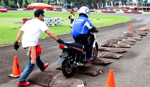 latihan-safety-riding-melewati-rintangan-bergelombang -otoborn.com