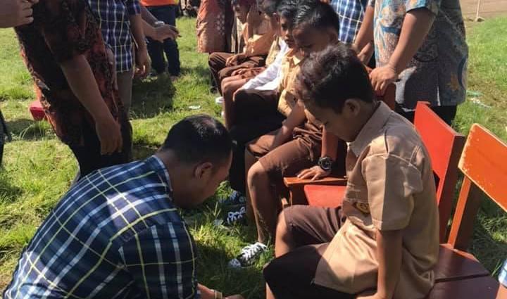 Mandiri Tunas Finance Memberikan Bantuan 400 Pasang Sepatu Kepada Siswa SDN 2 Teluk, Pandeglang