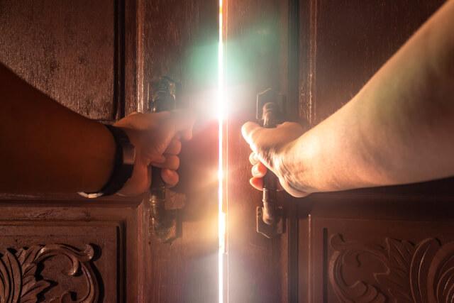 扉を開こうとしているイメージ