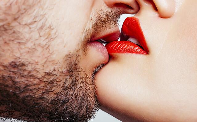キスをしている男女のイメージ