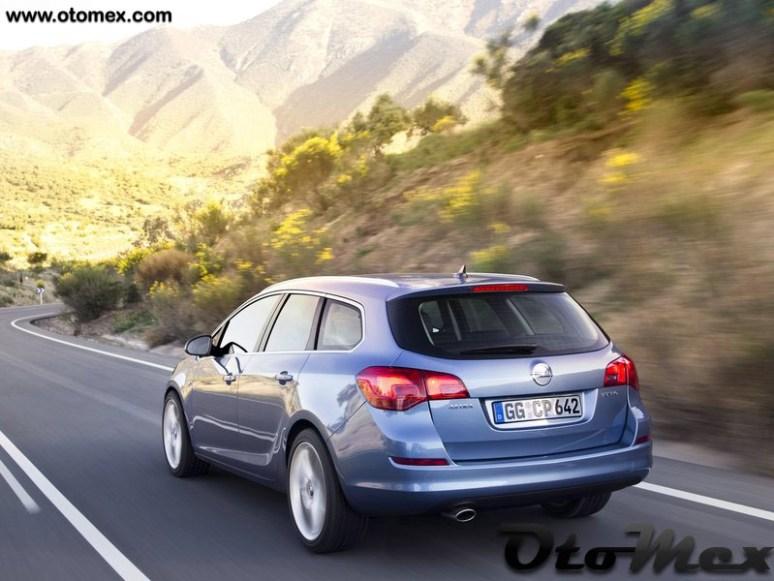Opel-Astra_Sports_Tourer_2011_arka