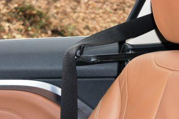 BMW-420d-xDrive-emniyet-kemeri-mekanizması
