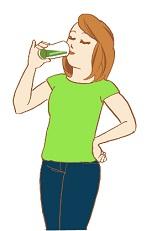 健康的な美容ダイエットドリンクを飲んで腹を満たしている女性の画像