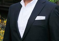 スーツを着用している胸板の厚い男性