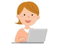 ネット検索をしている女性