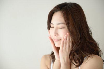 肌に潤いを与える女性のイメージ