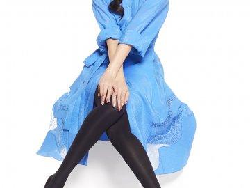 ララスリムを着用して座っているモデルさんの画像