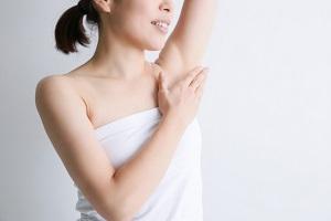 脇のムダ毛処理をした女性の画像