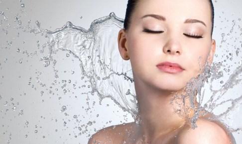 アイウィルセラムC(I will SERUM C)を使っている水を弾く肌を持っている女性の画像