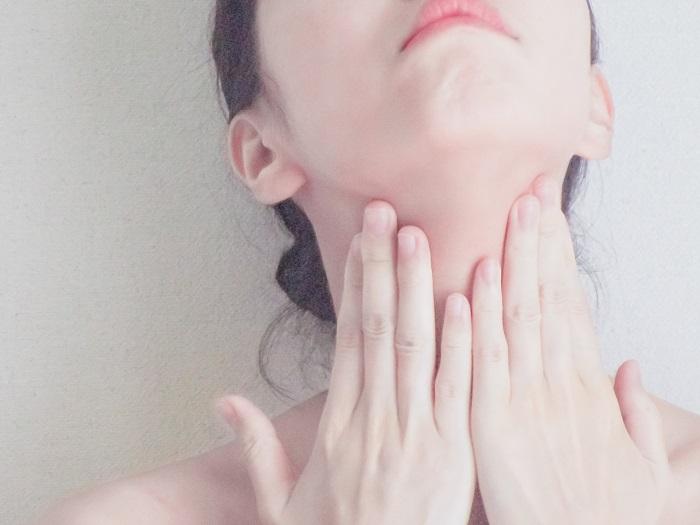 首のスキンケアをしている女性の画像