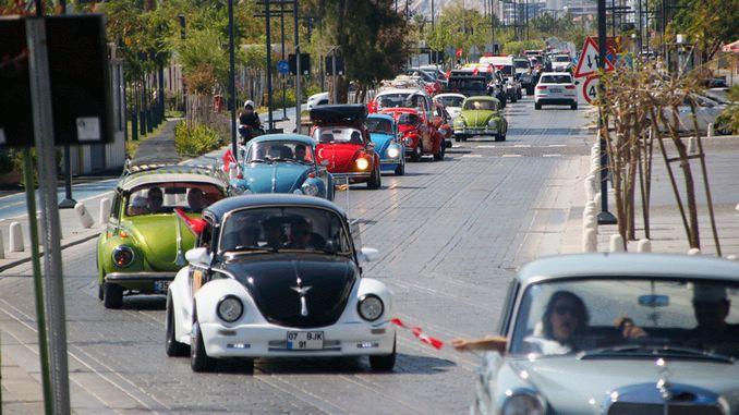 Klasiskās automašīnas piedalījās ekskursijā pa pilsētu Antālijā
