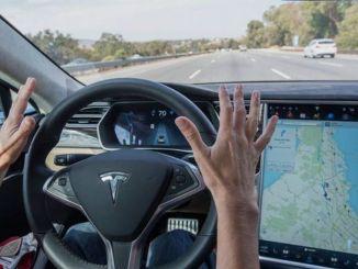 Tesla Markalı Araçlara Kırımızı Işık ve Levha Güncellemesi Geldi