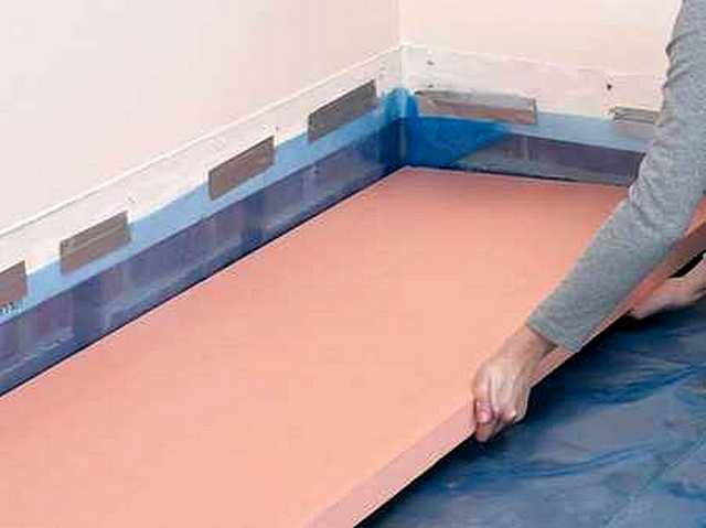 Der extrudierte Polystyrolschaum ist für die Isolierung von Böden auf dem Boden oder entlang der Betonüberlappung der anschließenden Füllung des verstärkten Krawels großartig.