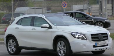 2017-mercedes-gla-class-facelift-spied-with-minimal-camo-might-debut-soon_4