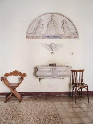 A saintly sink in San Gregorio.