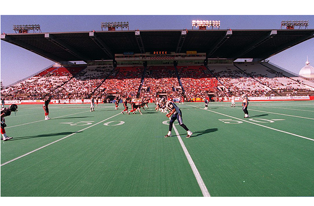 96-4675 The Ottawa Rough Riders face off against the Winnipeg Blue Bombers in the Riders' last home game of the season Oct. 26. John Major/Ottawa Citizen