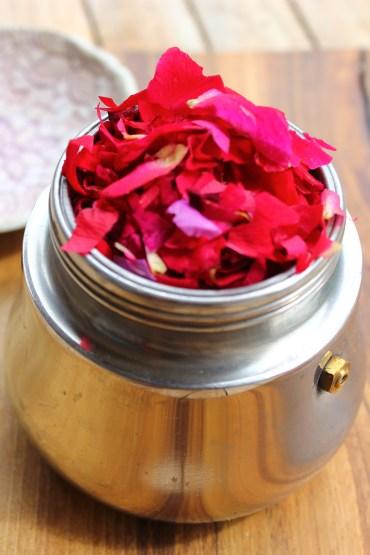 Rosenhydrolat einfachselber Herstellen im Espressokocher, Naturkosmetik, Gesichtswasser usw.